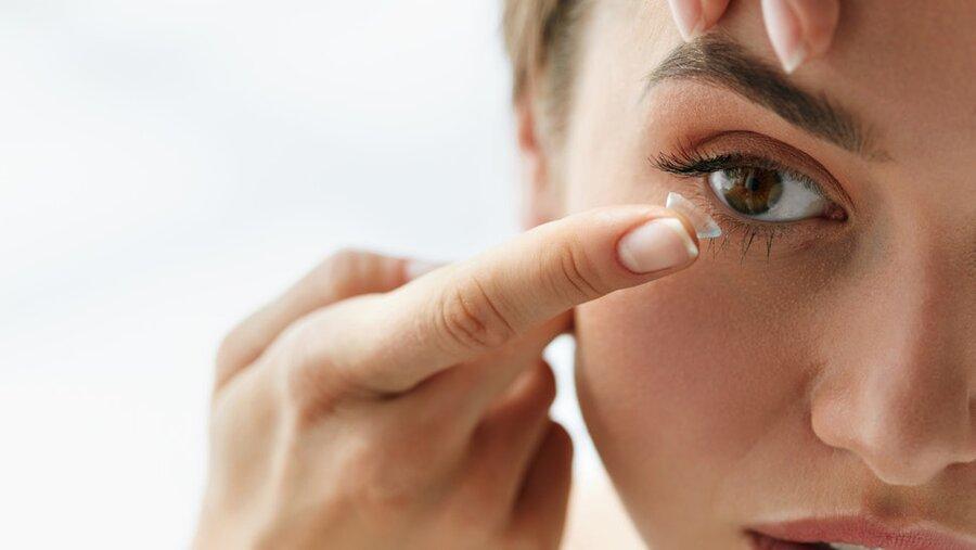 آسیب هایی که لنزهای زیبایی به چشم های شما می زند