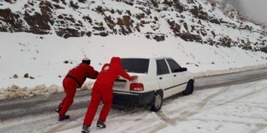 رها سازی بیش از 430 خودرو گرفتار در برف در جاده های کردستان
