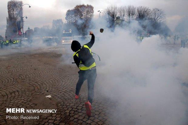 پلیس فرانسه به تظاهرات&zwnjکنندگان در پاریس یورش بُرد