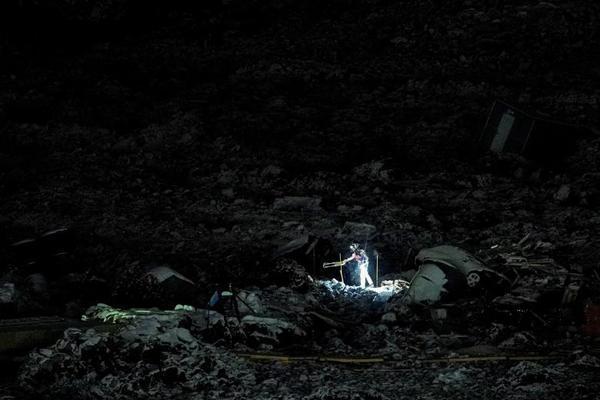 کوشش برای یافتن مفقودان یک حادثه (تصاویر)